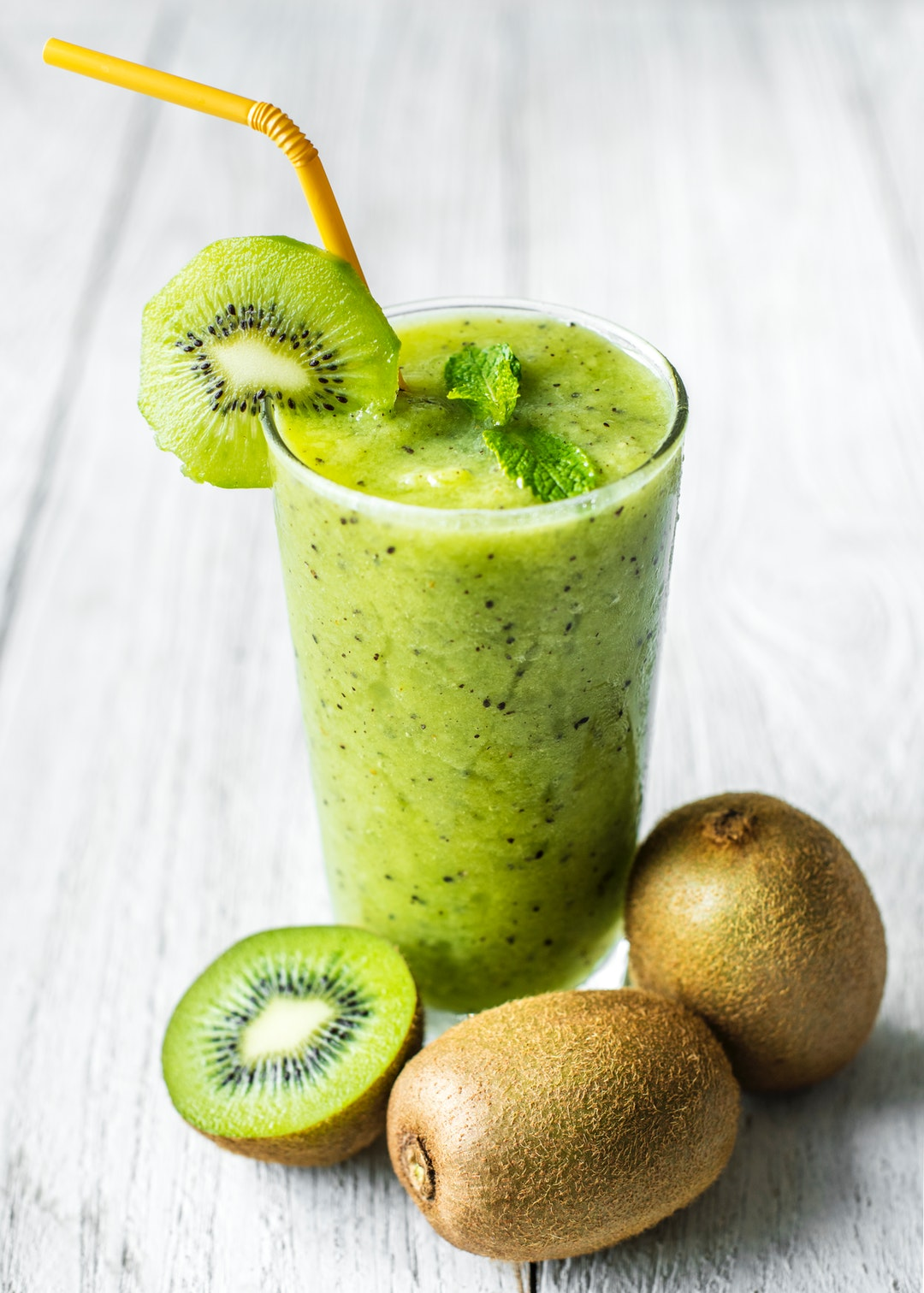 healthy smoothy with kiwis